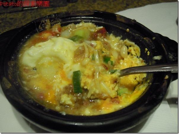 高雄漢神巨蛋海港餐廳。XO醬蟹肉煲--滑溜順口的嫩蛋混合著蟹腿與金針菇,很好吃的一道。