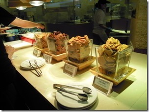 高雄漢神巨蛋海港餐廳。麵包、餅乾及蛋糕甜點區--很多樣的選擇。