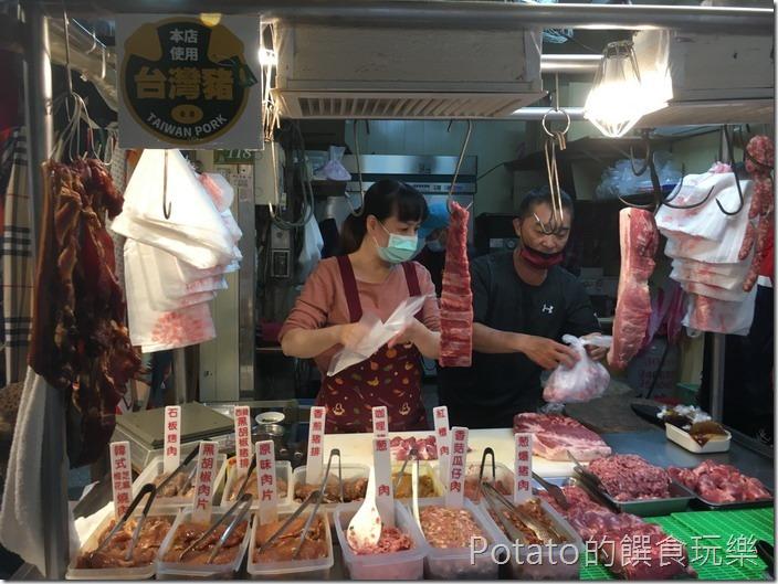 秀紅肉舖攤前2